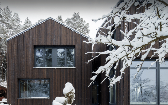 Cabin in the snow with charred timber cladding - PermaChar treatment - charred level: dusk
