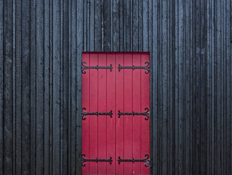 PermaChar® Deep Char timber cladding contrasted by bright red door